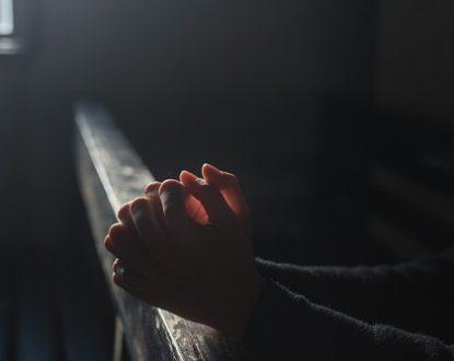 Como lidar com as distrações durante a oração, segundo Santa Teresinha